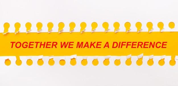 Rozdarty pasek papieru na żółtym tle z tekstem razem robimy różnicę
