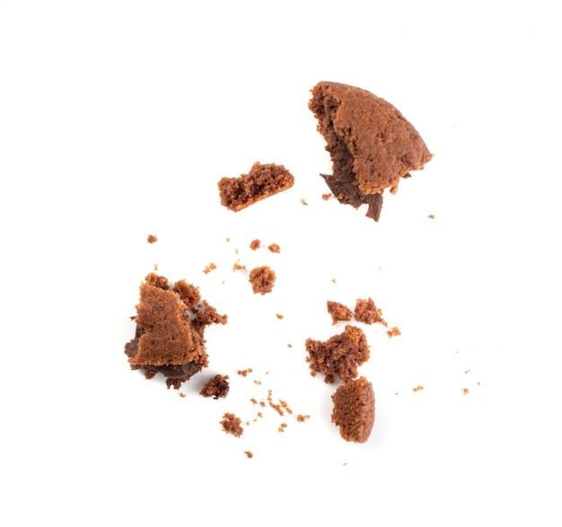 Rozdrobniony plik cookie masła czekoladowego z nadzieniem czekoladowym na białym tle.