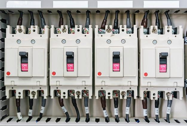 Rozdzielnica elektryczna do dystrybucji. elektryczne zasoby. panel elektryczny na linii montażowej