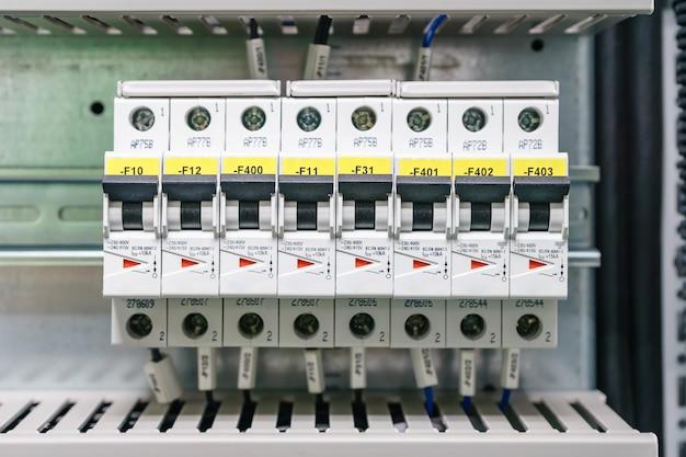 Rozdzielnica elektryczna do dystrybucji. elektryczne zasoby. panel elektryczny w fabryce