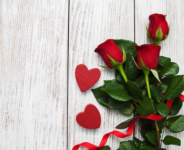Róże i czerwona wstążka