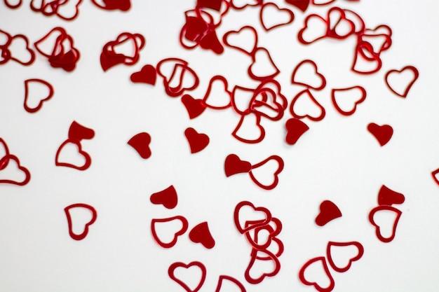 Róże i serca na białym tle, tło walentynki, dzień ślubu