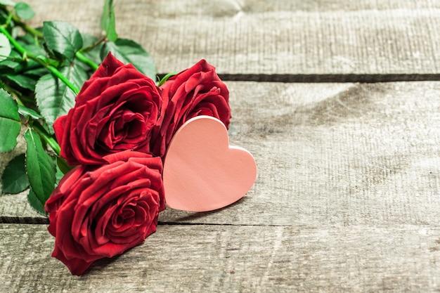Róże i serca na desce