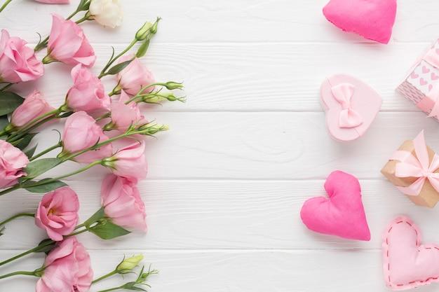 Róże i słodkie małe pudełka na prezenty