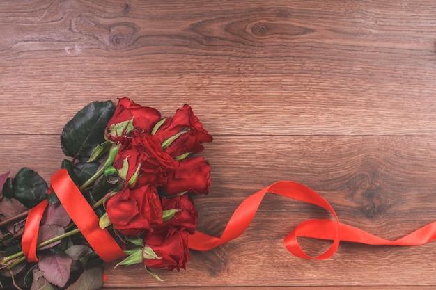 Róże na drewnianym stole