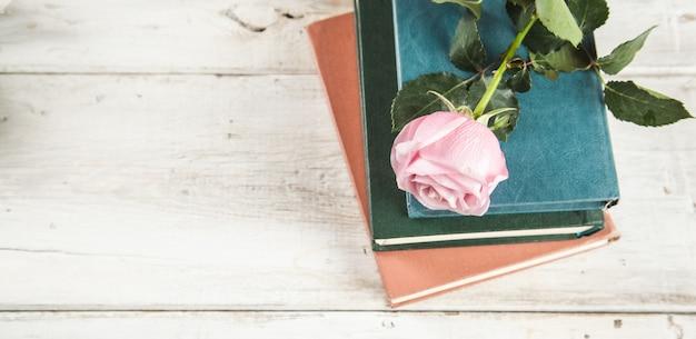 Róże na książkach na stole