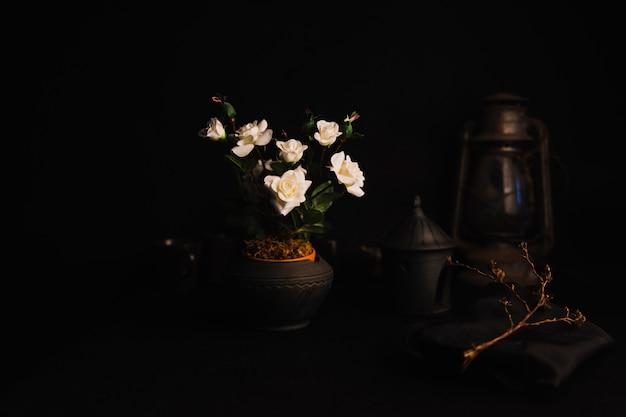Róże wśród rzeczy retro