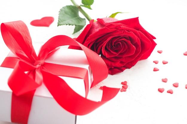 Róże z pudełko i serca na białym tle