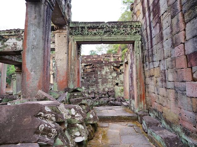 Rozebrana ościeżnica z kamienia kamiennego w kompleksie świątyni preah khan angkor wat, siem reap, kambodża. popularna atrakcja turystyczna położona wśród lasów deszczowych.