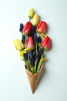 Rożek waflowy z kwiatami na białym tle