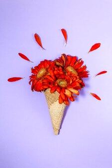Rożek waflowy z pomarańczowo-czerwonymi gerberami