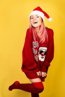 Roześmiana dziewczyna z czerwonym santa kostiumem