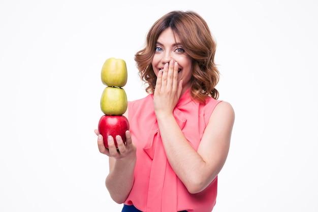 Roześmiana elegancka kobieta trzyma jabłka