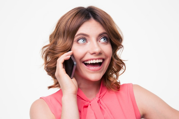 Roześmiana kobieta rozmawia przez telefon