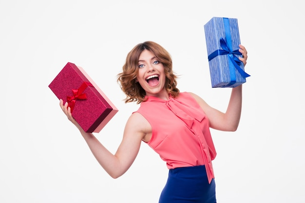 Roześmiana młoda kobieta trzyma prezenty