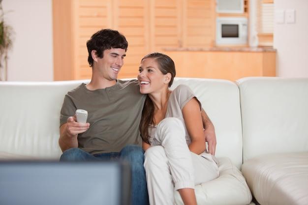 Roześmiana para ogląda śmiesznego film wpólnie