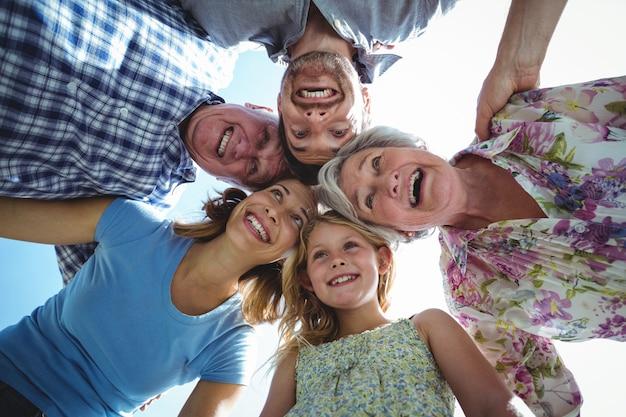 Roześmiana rodzina tworzy skupisko przeciw niebu