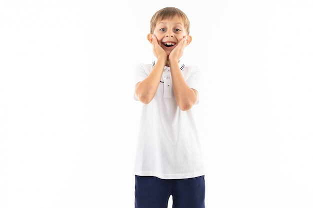 Roześmiany chłopiec z grzywką w białej koszulce na bielu z copyspace