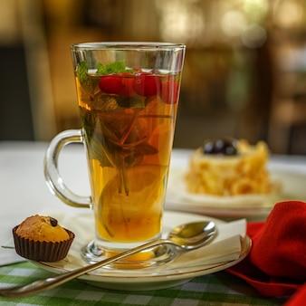Rozgrzewająca herbata owocowa na stole. ustawienie stołu w restauracji.