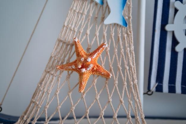 Rozgwiazda i sieć z muszlą na łodzi
