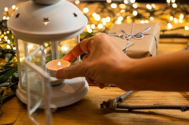Rozjaśnij świecę i prezent tradycyjną żydowską koncepcję chanuka