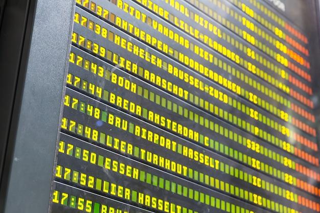 Rozkład jazdy na dworcu kolejowym w europie, zbliżenie. wyświetlanie informacji o miejscu docelowym i odlotu, europejskie koleje, tablice rozkładowe, turystyka i podróże