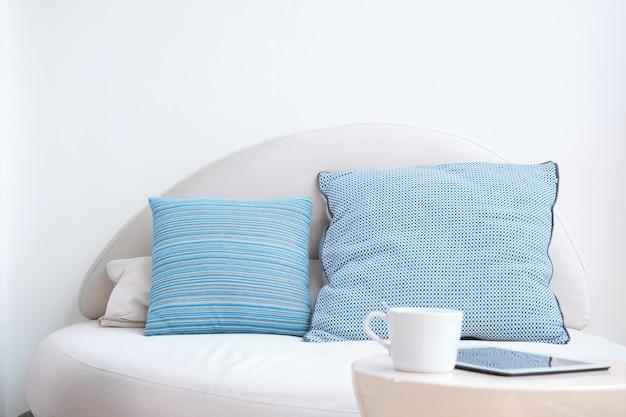 Rozkładana sofa w narożniku wypoczynkowym.