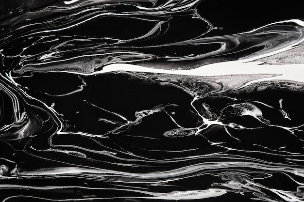 Rozlana czarno-biała farba