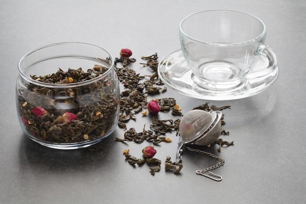 Rozlana zielona herbata z różą i sitkiem