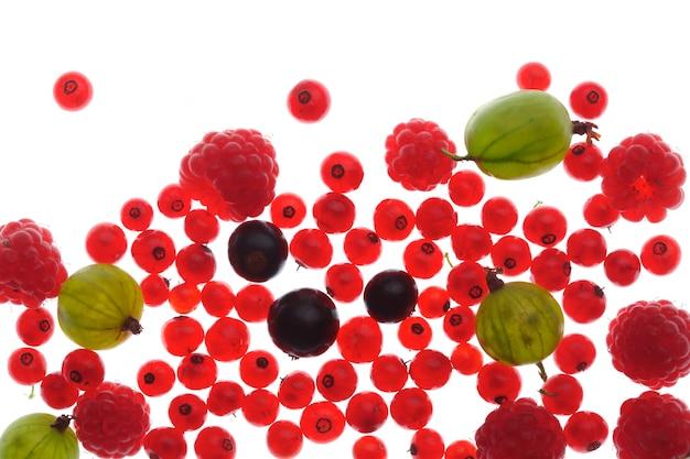 Rozlane jagody mieszane na białym tle