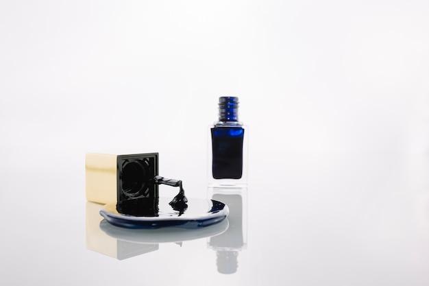 Rozlany lakier do paznokci w pobliżu butelki i szczotki