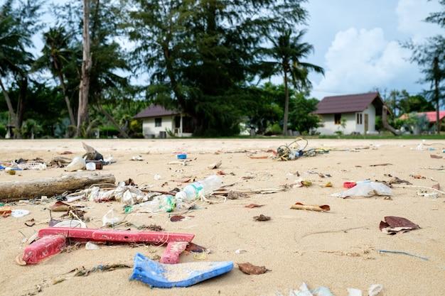 Rozlany plastik na plaży. koncepcja problemu ekologicznego