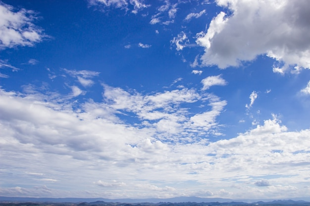 Rozległe niebo to jasne, piękne białe chmury i góra nowego poranka