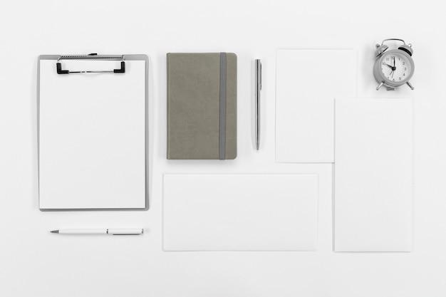 Rozłożony na płasko notatnik i długopis