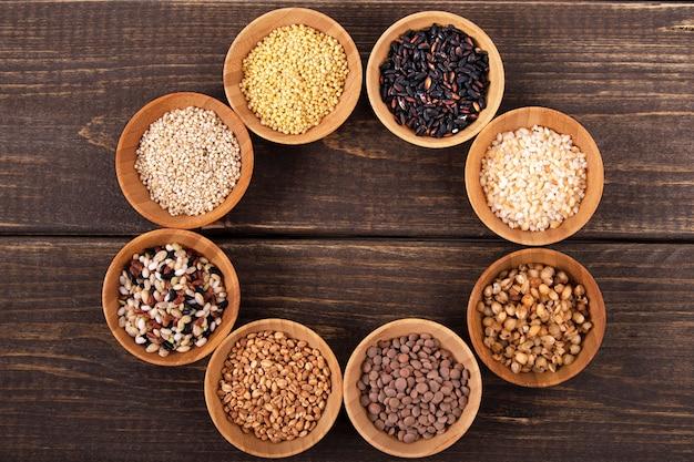 Rozmaitość ryż i adra na drewnianym stole