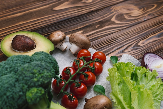 Rozmaitość świezi warzywa na drewnianym biurku