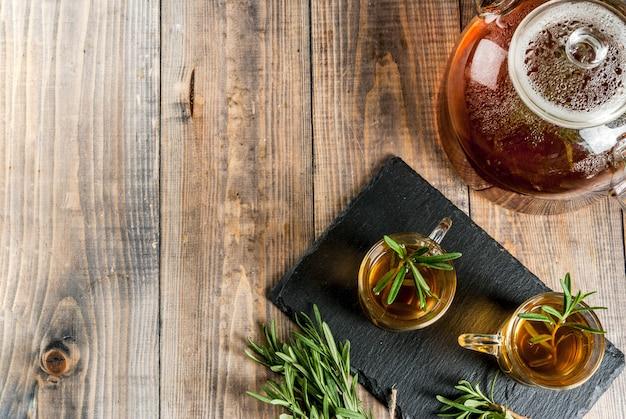 Rozmarynowa herbata na drewnianym tle. skopiuj miejsce