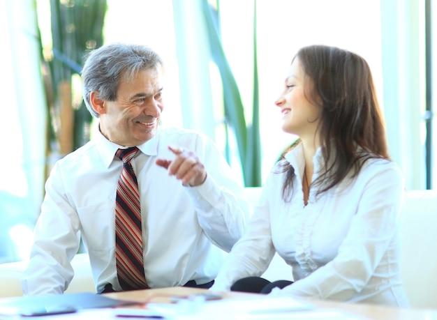 Rozmawiają dwaj ludzie biznesu, gestykulują