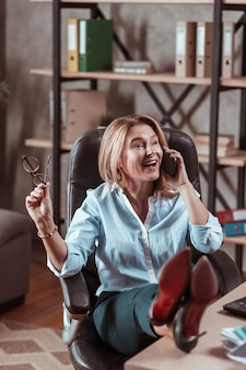 Rozmawianie z partnerem. stylowa, atrakcyjna dojrzała kobieta czuje emocjonalną rozmowę z partnerem biznesowym