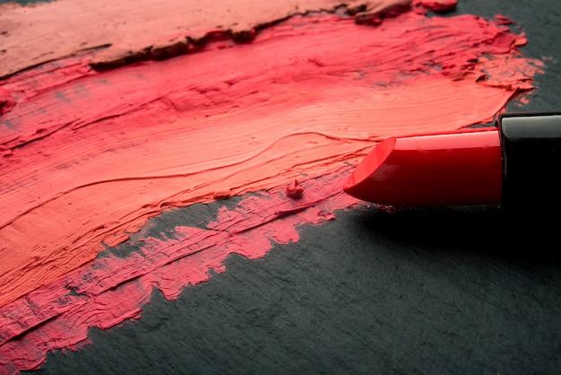 Rozmazana kolorowa szminka na łupku