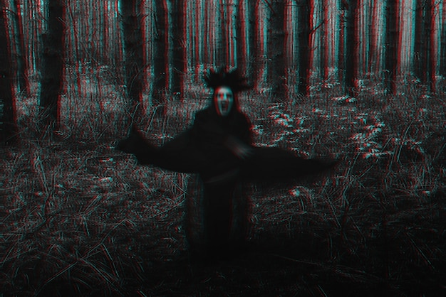 Rozmazana przerażająca czarna sylwetka złej wiedźmy. czarno-biały z efektem glitch w wirtualnej rzeczywistości 3d