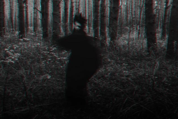 Rozmazana przerażająca czarna sylwetka złej wiedźmy. czarno-biały z efektem usterki 3d w wirtualnej rzeczywistości