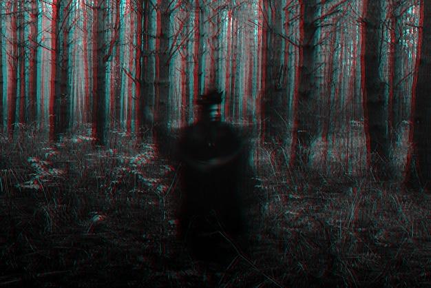 Rozmazana przerażająca czarna sylwetka złej wiedźmy rzucającej zaklęcia. czarno-biały z efektem glitch w wirtualnej rzeczywistości 3d