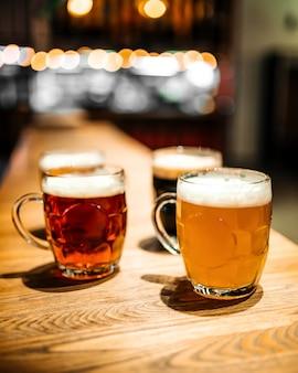 Rozmazane kufle różnych piwa rzemieślniczego w barze