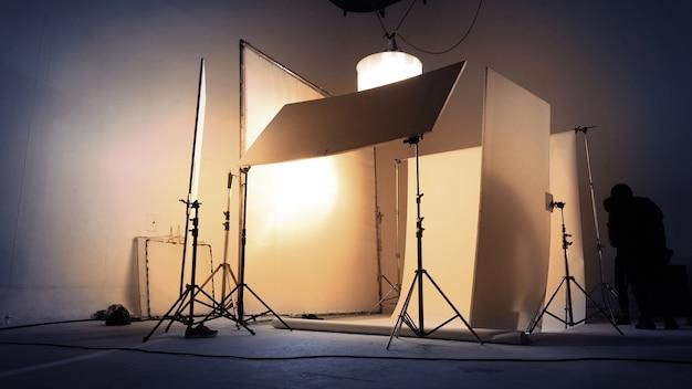 Rozmazane obrazy zespołu produkcyjnego vdo pracującego w studio zdjęciowym, którego tło i światło