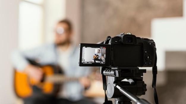Rozmazany muzyk nagrywający siebie