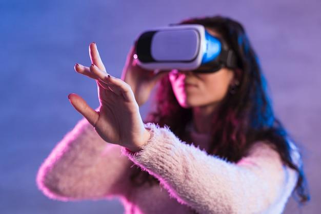 Rozmazany zestaw słuchawkowy nowej technologii wirtualnej rzeczywistości