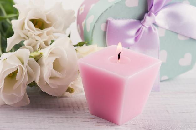 Rozmieszczenie białych kwiatów eustoma i pudełka