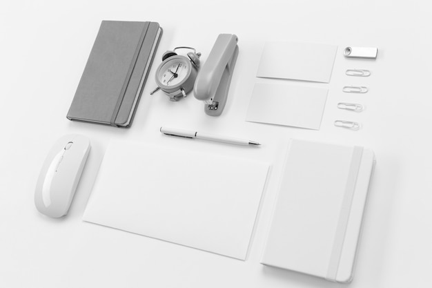 Rozmieszczenie elementów biurka pod wysokim kątem