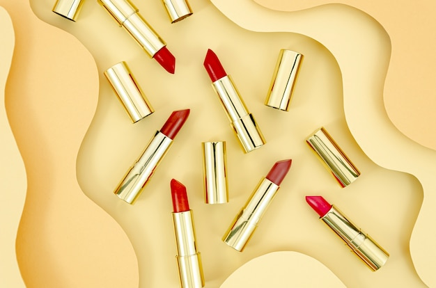 Rozmieszczenie kolorowe szminki z streszczenie tło